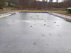 Schwimmbad: Pflastersteine auf Eisfläche geworfen